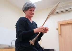 Stefania Brandinelli durante la dimostrazione su come si realizza un filo di lino