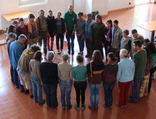La plenaria dell'Accademia di Permacultura dove insegnanti e studenti scelgono alla pari
