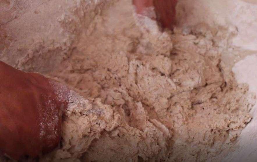 Impasto a mano di pane con lievito madre