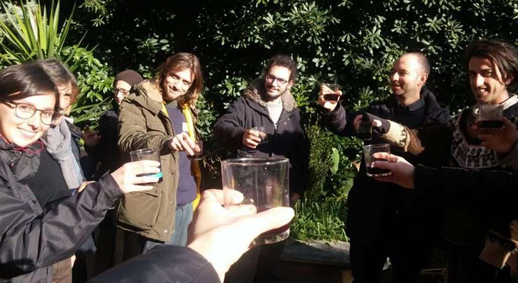 A lezione di permacultura c'è tempo per un brindisi