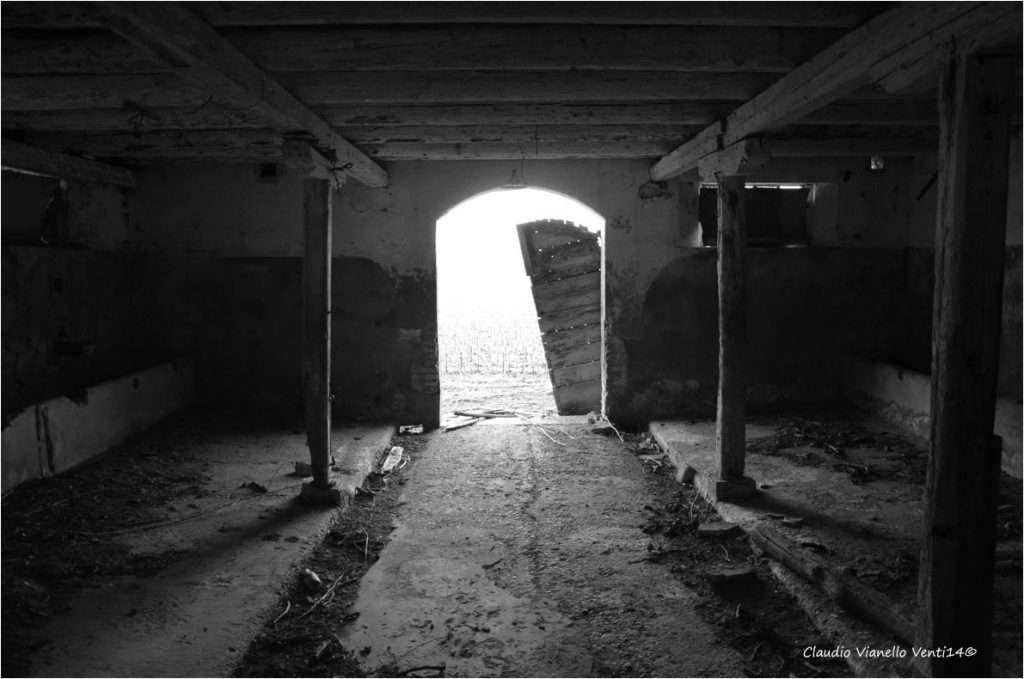 Un vecchia stalla con il corridoio centrale.