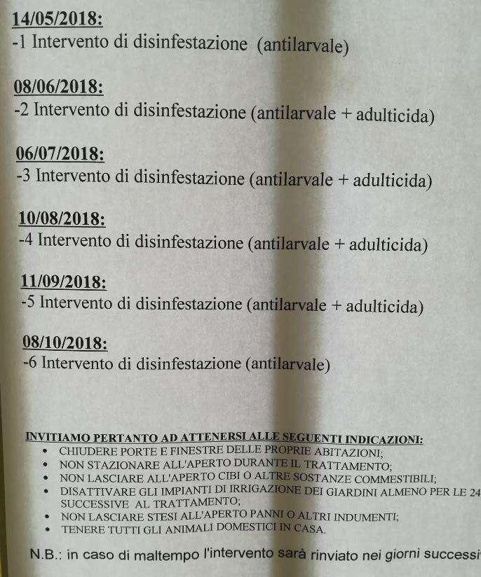 Il cartello con il calendario dei trattamenti antizanzara affisso nel mio condominio. Secondo l'ordinanza del Comune i trattamenti su adulti programmati sono illegali