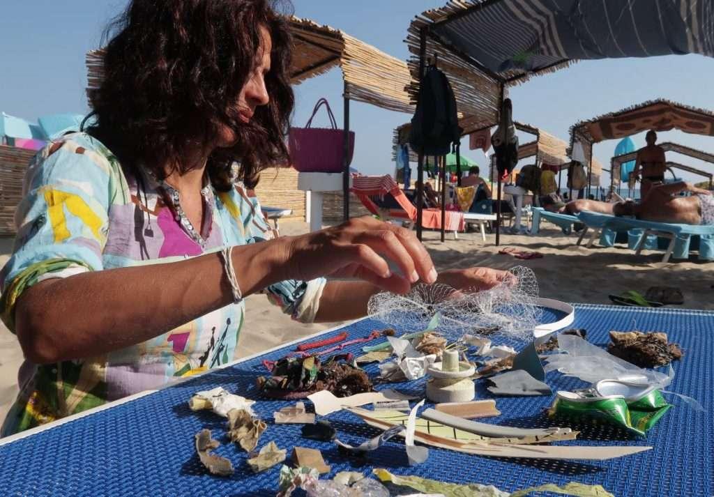 Vari rifiuti pescati dal mare