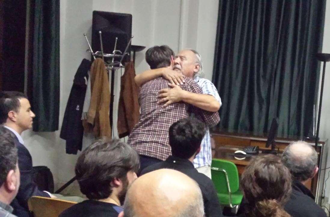Angaangaq che abbraccia una delle persone venute ad ascoltarlo
