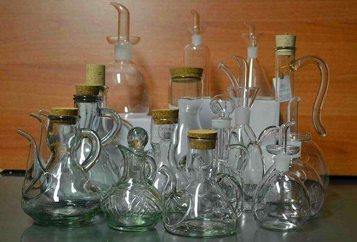 Vari modelli di oliere di vetro bianco