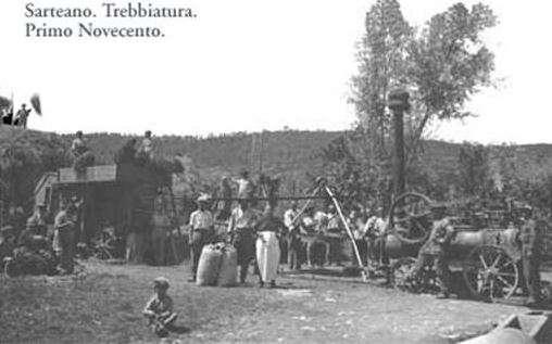 Foto di gruppo duramte la trebbiatura a Sarteano (SI) - Fonte storiedipiatti.it