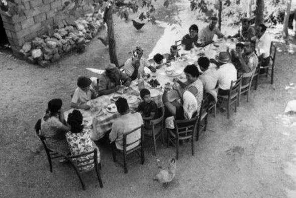 Un tavolata durante la trebbiatutìra a Norcia negli anni '70 (Fonte Pinterest)