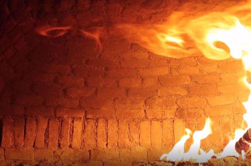 Fiamme dentro un forno a legna