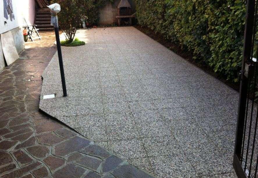 Esempio di pavimento per coprire un piccolo giardino